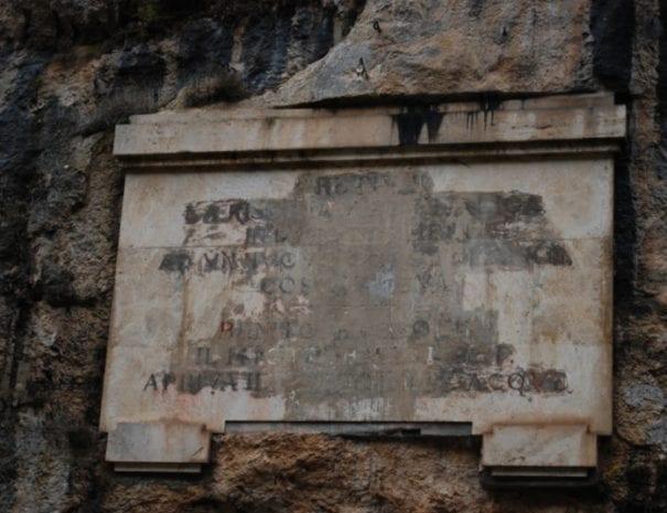 Lapide romana alla Balza tagliata