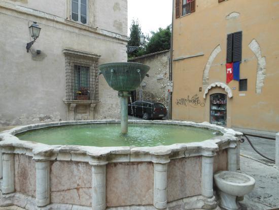 Fontana XIII sec in Piazza dei Priori